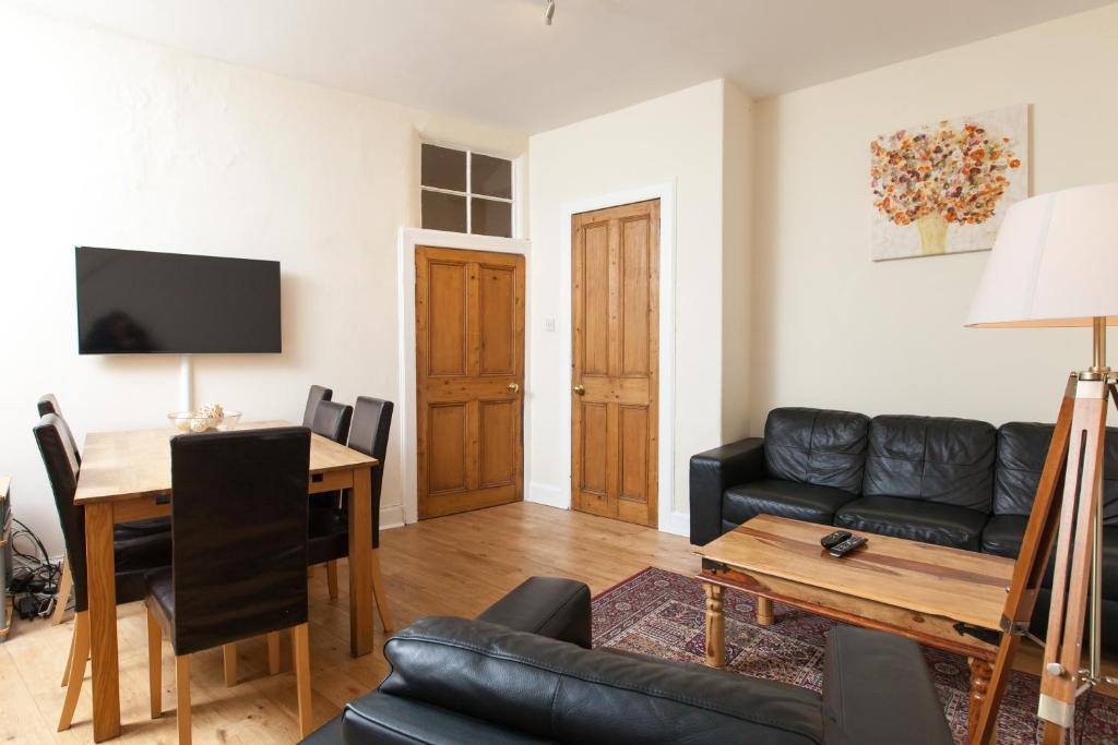Cozy Apartment Beside Edinburgh Castle!!!
