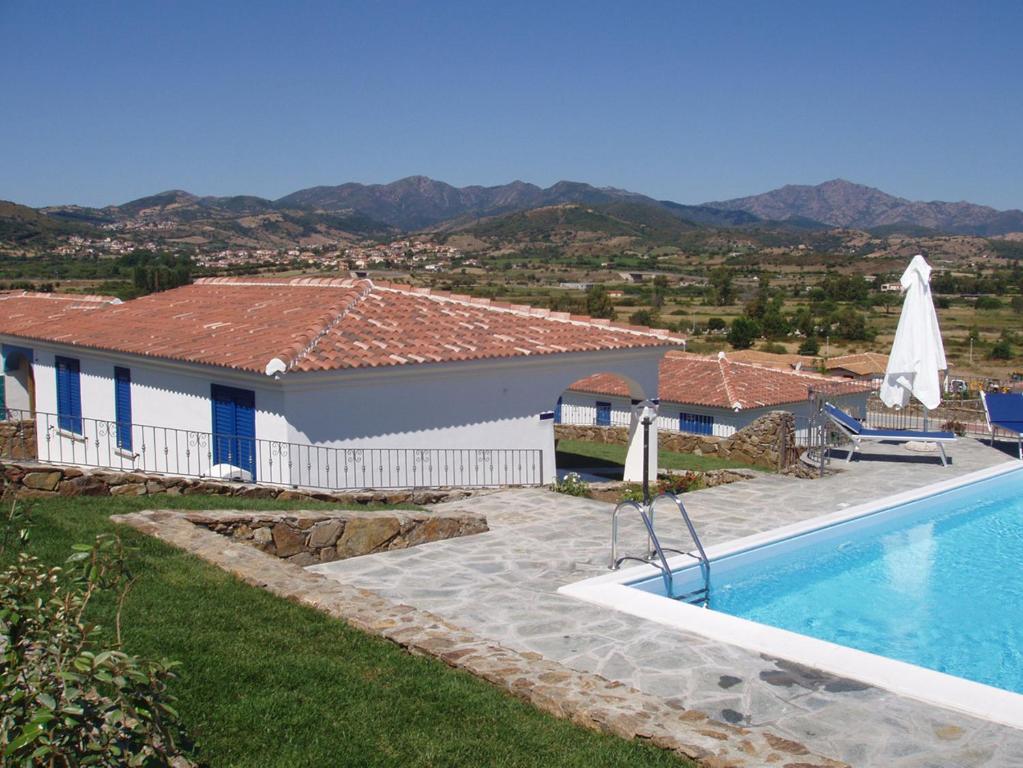Budoni Villa Sleeps 6 Pool Air Con WiFi img2