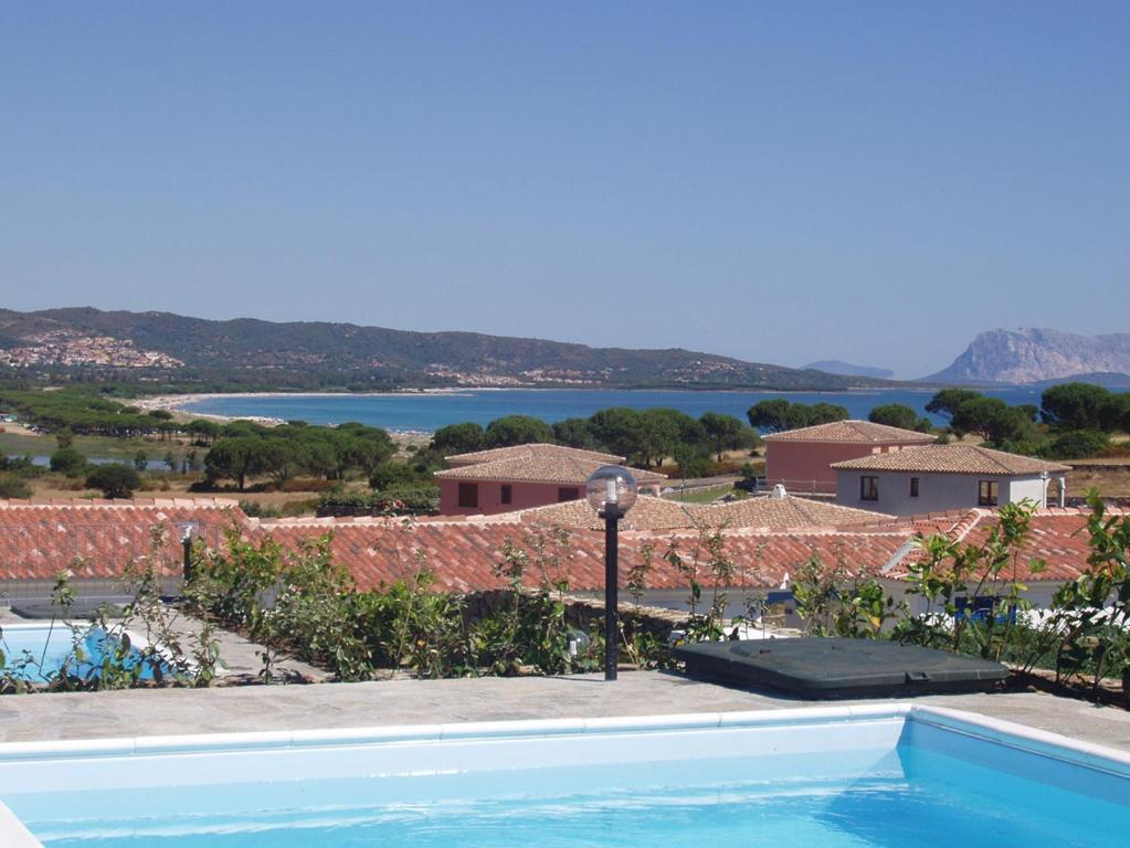 Budoni Villa Sleeps 6 Pool Air Con WiFi img4
