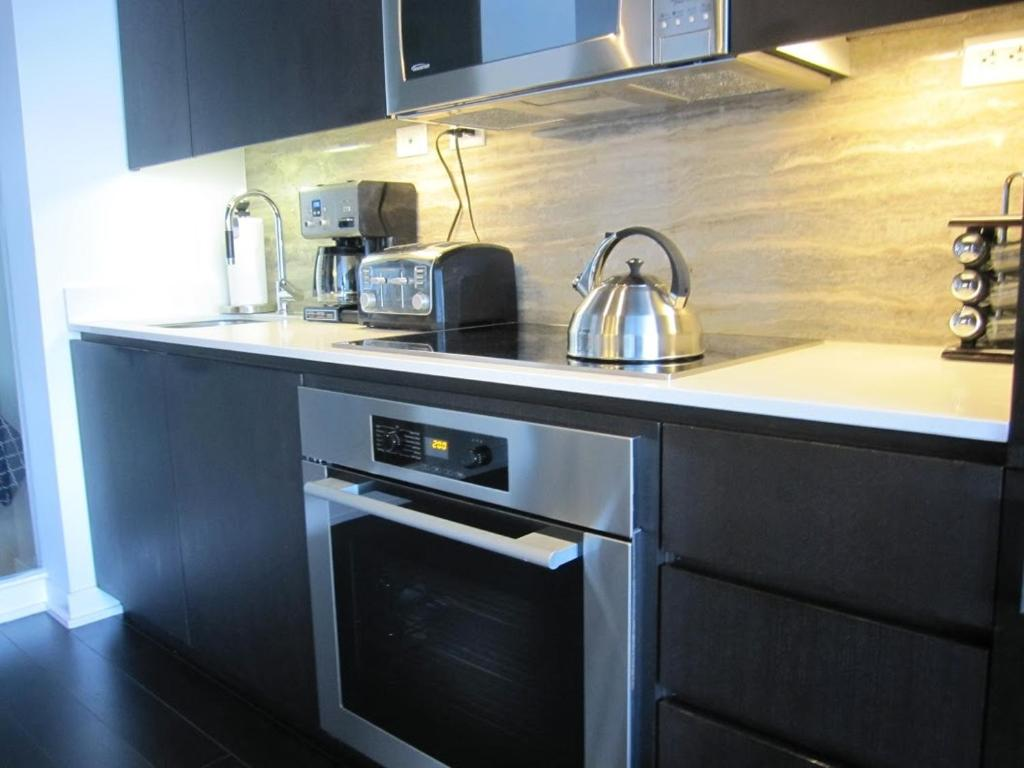 Three-Bedroom House HydeWest - Iceboat Terrace Furnished Townhome