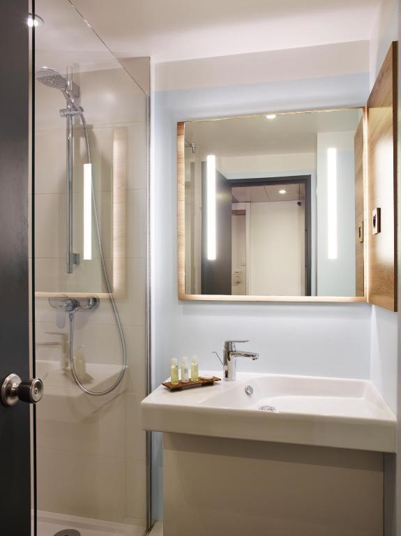 median paris porte de versailles r servation gratuite sur viamichelin. Black Bedroom Furniture Sets. Home Design Ideas