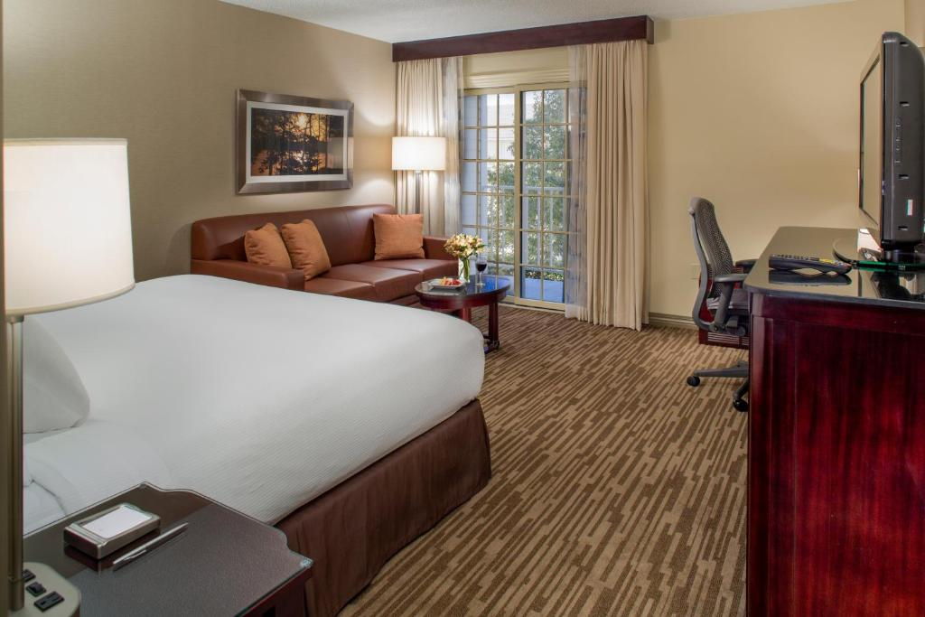 Book Now Doubletree By Hilton Raleigh Durham Airport At Research Triangle (Durham, United States). Rooms Available for all budgets. Plush beds and a free airport shuttle are a success with our guests at the non-smoking Doubletree by Hilton Raleigh Durham Airport at Research Triangle which also offers compl