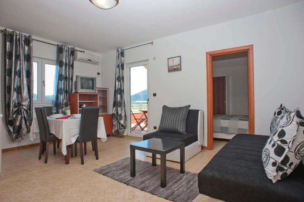 One-Bedroom Apartment with Terrace (5 Adults)