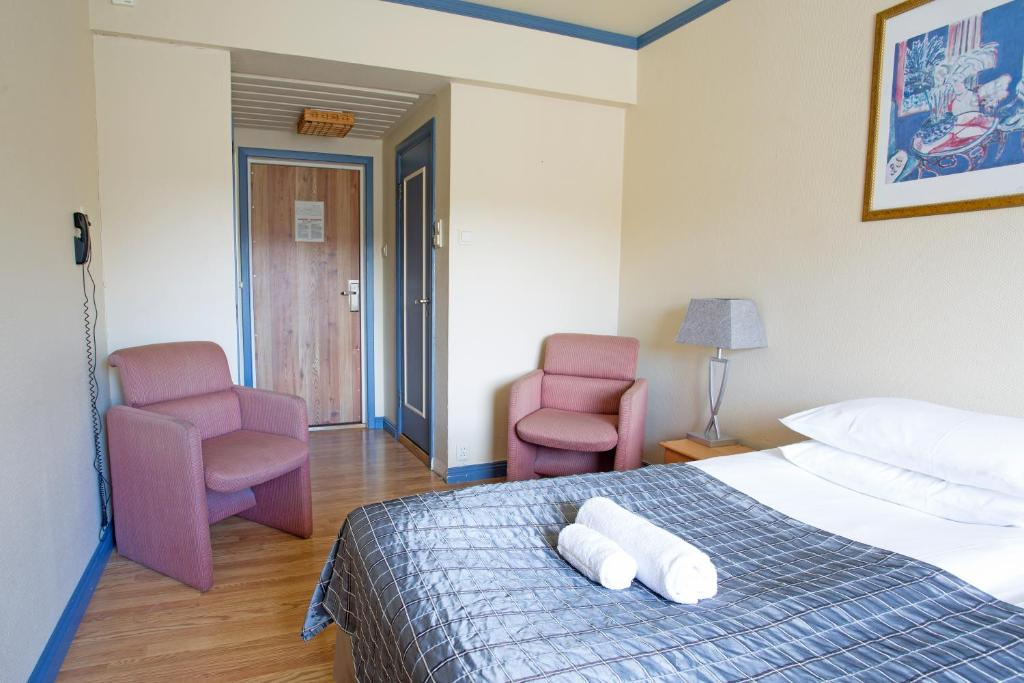 Budget Double Room with small bathroom Skogstad Hotel