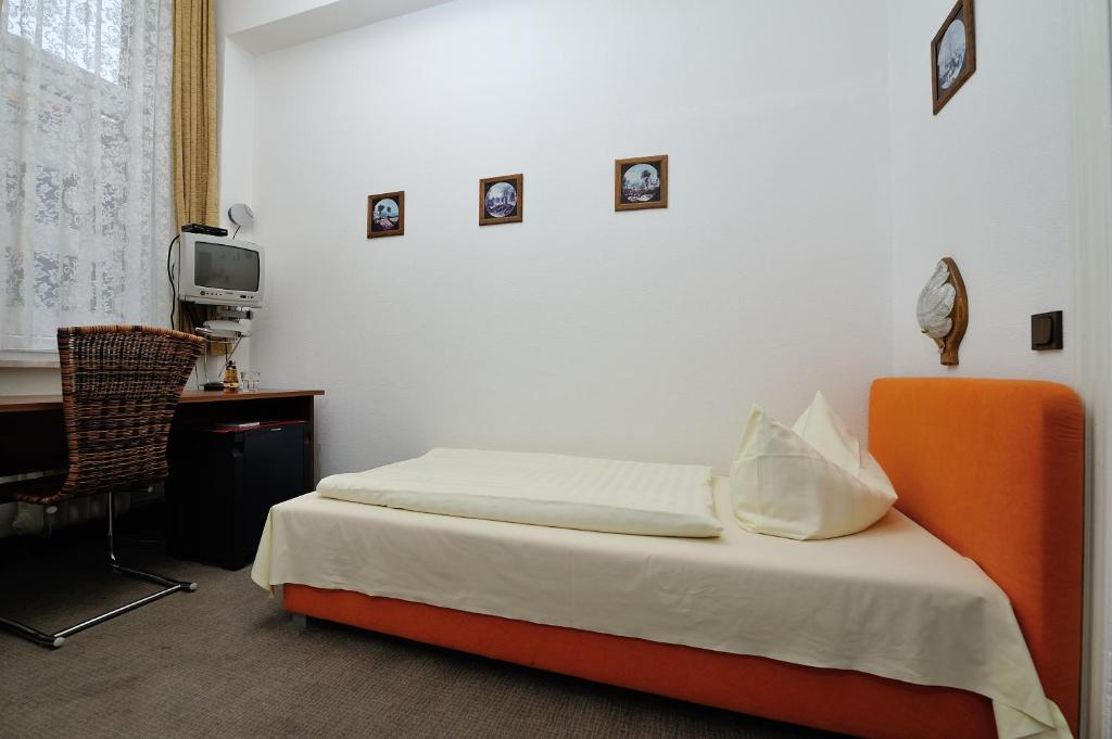 Single Room with Shared Toilet and Private Shower Hotelpension Margrit
