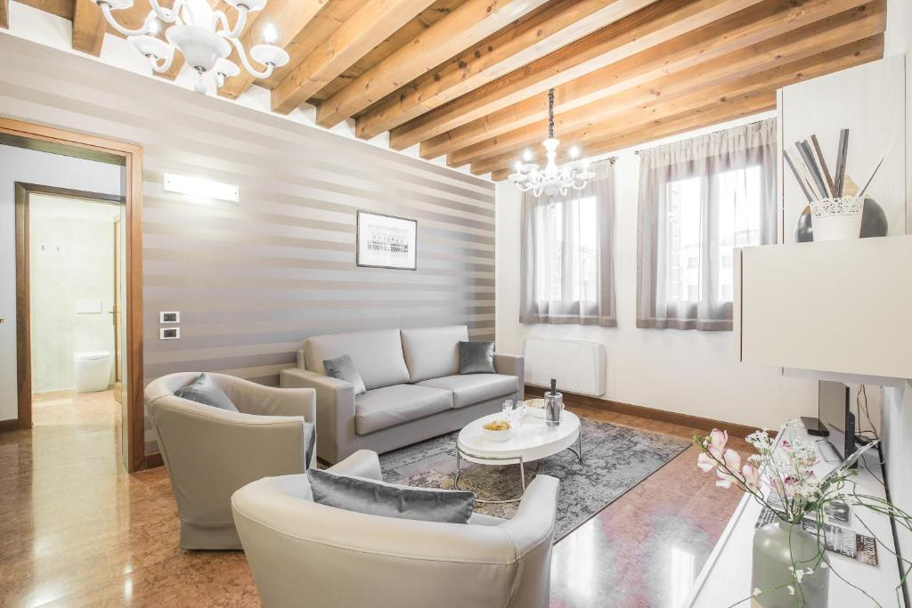 Ca' del Monastero 6 Collection Chic Apartment for 4 Guests with Lift