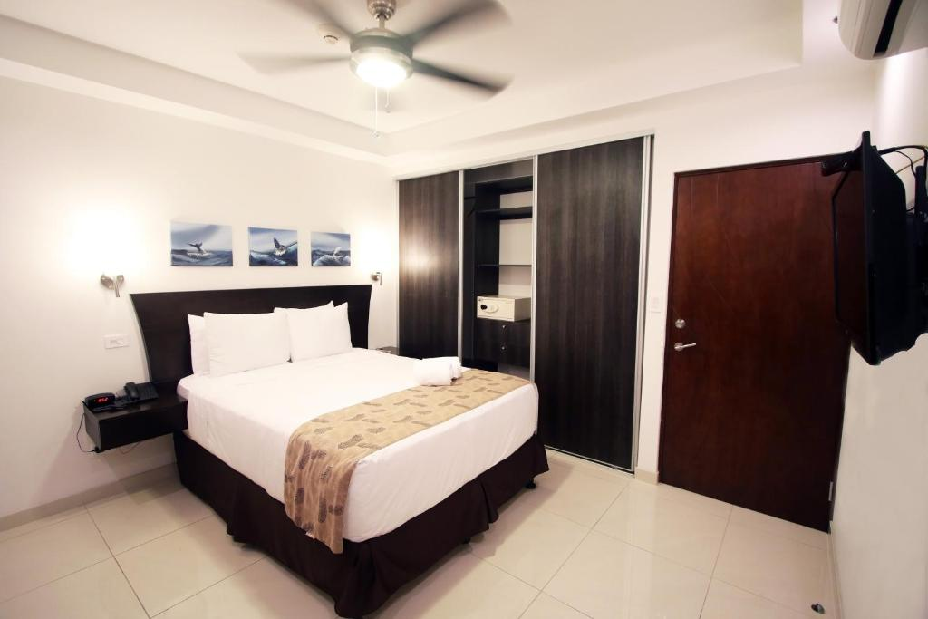 Queen Deluxe, Small Hallway Facing Ventilation Window Only, No Outside Window, No Balcony Oceano Boutique Hotel & Gallery