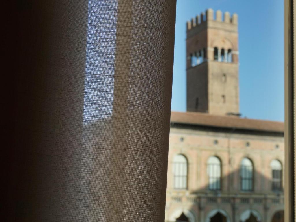 Casa Isolani, Piazza Maggiore