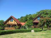 Dom na wzgórzu otoczony lasem ogród widok na jezioro