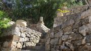 Une maison accrochée au rocher