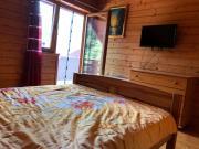 Całosezonowy dom drewniany z dostępem do jeziora i pomostem