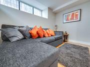 Stylish contemporary apt for 4 in Central MCR