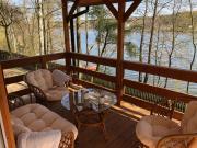 Domek nad jeziorem z łódką i prywatnym pomostem