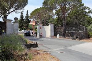 T2 Les Restanques de St Tropez, Апартаменты  Гримо - big - 33