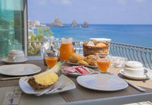 La Terrazza, Bed & Breakfasts  Aci Castello - big - 1