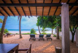 Red Parrot Beach Villa - Usmudulawa