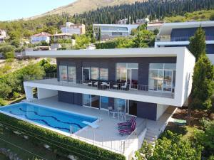Modern Swimming-Pool Villa