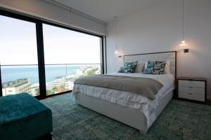 Spacious luxury holiday apartment with a great view, Funchal, free wifi and parking