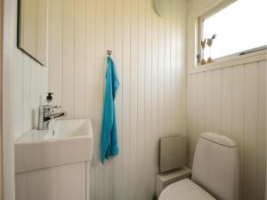 Three-Bedroom Holiday Home in Bjert, Holiday homes  Sønder Bjert - big - 13