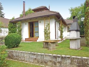 Three-Bedroom Holiday Home in Velke Popovice - Strančice