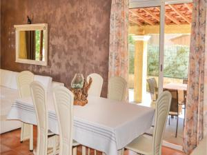 Three-Bedroom Holiday Home in Meounes Les Montrieux, Case vacanze  Méounes-lès-Montrieux - big - 9