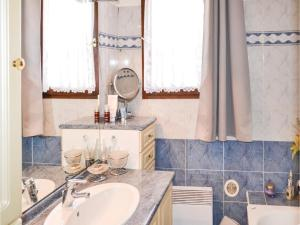 Three-Bedroom Holiday Home in Meounes Les Montrieux, Holiday homes  Méounes-lès-Montrieux - big - 14