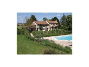 Four-Bedroom Holiday Home in Genouille, Case vacanze  Génouillé - big - 1