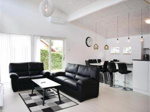 Three-Bedroom Holiday Home in Juelsminde, Case vacanze  Sønderby - big - 2