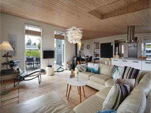 Four-Bedroom Holiday Home in Juelsminde, Prázdninové domy  Sønderby - big - 10