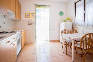4-Bedroom Apartment in Malinska/Insel Krk 13139, Апартаменты  Малинска - big - 14