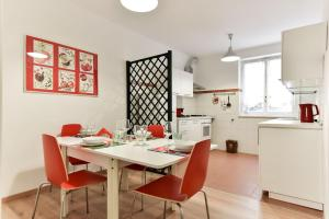 Red & White Vatican Apartment - abcRoma.com