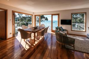 The Beach House - Oneroa Beach, Prázdninové domy  Oneroa - big - 23