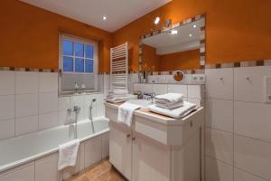 Landhaus Normannenweg App 1, Appartamenti  Wenningstedt - big - 17