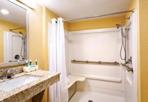 Holiday Inn Express & Suites Oceanfront Daytona Beach Shores, Szállodák  Daytona Beach - big - 22