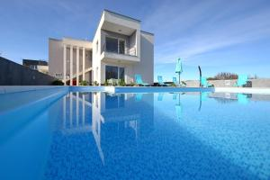 Croliday Apartment with Pool Nin