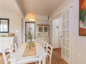 Four-Bedroom Holiday home with Sea View in Porec, Ferienhäuser  Poreč - big - 38