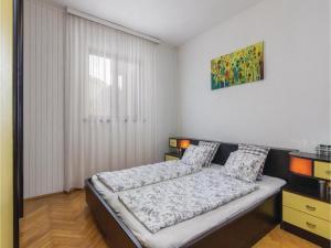 Four-Bedroom Holiday home with Sea View in Porec, Nyaralók  Poreč - big - 39