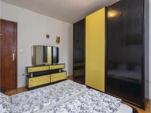 Four-Bedroom Holiday home with Sea View in Porec, Nyaralók  Poreč - big - 40
