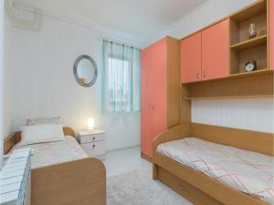 Four-Bedroom Holiday home with Sea View in Porec, Nyaralók  Poreč - big - 41