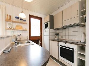 Holiday home Sluseparken Aakirkeby X, Case vacanze  Vester Sømarken - big - 12