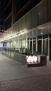Fully Equipped Two Bedroom Condo in N3, Apartmanok  Calgary - big - 37