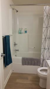 Fully Equipped Two Bedroom Condo in N3, Apartmanok  Calgary - big - 40