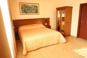 Hotel Maxim, Отели  Орадя - big - 4