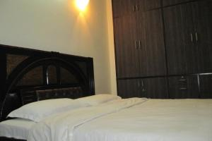 Room in a homestay in DLF Ph. 4, Gurgaon, by GuestHouser 12140, Holiday homes  Gurgaon - big - 3