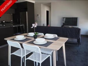 Large 2BR+Comfy+Parking Included, Apartments - Melbourne