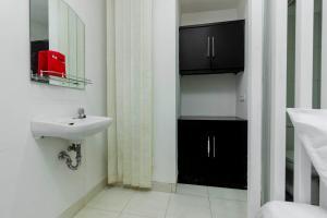 RedDoorz Plus @ Pasar Baru, Guest houses  Jakarta - big - 23