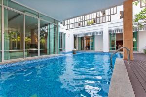 Jomtien Waree 9 with 6 Bedrooms - Ban Pak Khlong