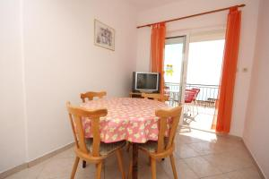 Apartments by the sea Pisak, Omis - 7570