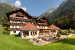 Alpenhotel Badmeister - Hotel - Flattach
