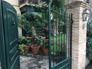Terrazza Pavone, Apartmanok  Aci Castello - big - 43
